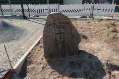 07. April 2019 - Er steht schon an neuer Stelle: Der Stein mit dem Stadtwappen.