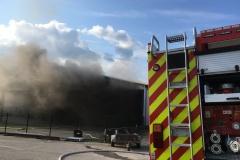Der Brand im Inneren der Lagerhalle führte zu einer starken Rauchentwicklung.