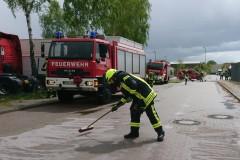 Einsatzkräfte der Ortsfeuerwehr Verden beseitigen in der Rudolf-Diesel-Straße eine Kraftstoffspur.