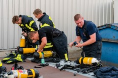 Nach dem Einsatz ist vor dem Einsatz, Atemschutzgeräte werden wieder einsatzbereit gemacht.