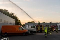 Brandbekämpfung an einem Nebengebäude, aus dem zuvor mehrere vermisste Personen gerettet wurden.
