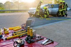 Mit hydraulischem Rettungsgerät befreien die Einsatzkräfte zwei in einem PKW eingeschlossene Personen.