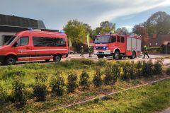 Einsatzkräfte vor Ort am Mittwochabend bei einem Brand eines Baumstumpfes in Verden-Dauelsen.