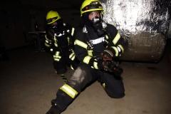 Angriffstrupp bei der Brandbekämpfung – Unterstützung zur Menschenrettung wird angefordert.