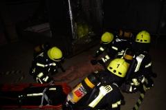 Vorbereitung der Rettung einer vermissten Person, simuliert durch eine spezielle Rettungspuppe.