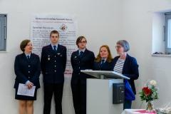 Ortsbürgermeisterin Anja König überbrachte der frisch gegründeten Kinderfeuerwehr Glückwünsche und überreichte ein Präsent.