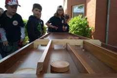 Geschicklichkeit ist gefragt - Holzpucks müssen von den Kindern in Tore geschoben werden.
