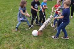 Auch das Schießen eines Balles in ein Tor mittels Holzstamm erfordert Zusammenhalt und Teamgeist.
