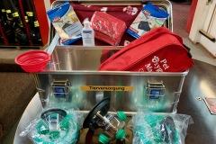 Die Tierrettungskoffer sind mit Beatmungsmasken unterschiedlicher Größen speziell für Tiere, einem Tier-Erste-Hilfe-Set sowie weiterer Hilfsutensilien wie Decke und Trinknapf ausgestattet.