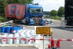 Die Ladung der LKW wurde erheblich beschädigt, aus einem der beteiligten Auflieger traten infolgedessen erhebliche Mengen Farben und Lacke aus.