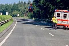 Einer der beteiligten Fahrer wurde derart schwer verletzt, so dass er mit einem Rettungshubschrauber in ein Krankenhaus geflogen werden musste.