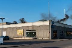 Mit Effektkörpern wurde die realitätsnahe Einsatzübung in der ehemaligen Kaufhalle eingeleitet.