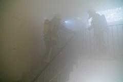 Eine vermisste Person wird von den Einsatzkräften aus dem Gebäude gerettet.