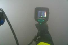 Wärmebildkameras unterstützen die Einsatzkräfte bei der Personensuche in dem vollständig verrauchten Gebäude.