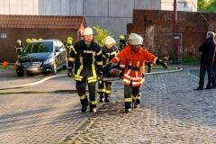 Eine gerettete Person wird zur weiteren Versorgung zum Behandlungsplatz des Rettungsdienstes verbracht.