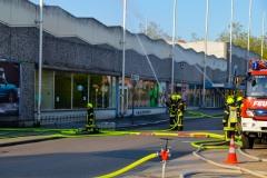 Die Brandbekämpfung am Einkaufsmarkt erfolgt von mehreren Seiten.