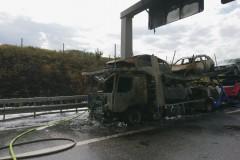 Der ausgebrannte LKW sowie die abgebrannte Böschung.