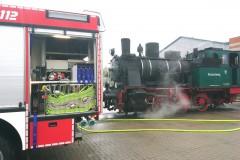 Mit Hilfe eines Tanklöschfahrzeuges wurde die historische Lok mit Wasser betankt.