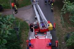 Evakuierung eines Zuges mithilfe der Drehleiter.