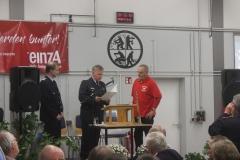 Verleihung der Ehrenmedaille des Deutschen Feuerwehrverbandes durch den stv. Kreisbrandmeister Peter Schmdit (Mitte) an Horst Teuber (rechts).