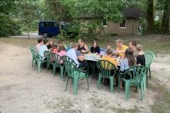 Gemeinsames Abendessen vor den Gruppenhäusern im Ferienzentrum.