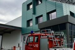 Bei einem Industriebetrieb an der Weserstraße lösten sich Teile des Daches, welche durch die Feuerwehr gesichert bzw. entfernt werden mussten.