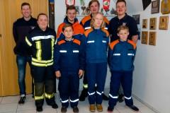 Jugendfeuerwehrwart Daniel Teubert (hinten links) und Betreuer Patrick Feuße (hinten rechts) mit den gewählte, geehrten und ausscheidenden Jugendfeuerwehrmitgliedern.