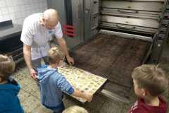 Gemeinsam mit Bäckermeister Horst Rotermundt backten die Kinder Weihnachtskekse.