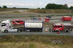 Der Tankcontainer im Einsatz auf der A27 beim Brand eines Autotransporters.