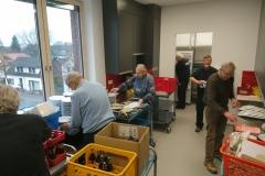 06.03.2020 - Auch die neue Küche wird aufgerüstet. Hier unterstützte die Seniorenabteilung  tatkräftig.