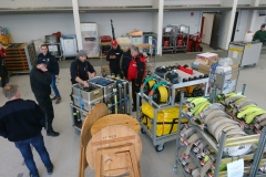 06.03.2020 - Das Lager in der neuen Fahrzeughalle wird bestückt.