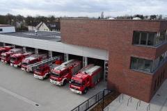 Blick auf den 1. Bauabschnitt des Feuerwehrhauses mit dem Fuhrpark der Ortsfeuerwehr Verden.