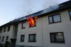 Flammen schlagen bei Eintreffen der Einsatzkräfte bereits aus der Wohnung im ersten Obergeschoss.