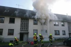Umgehend werden erste Löschmaßnahmen zur Brandeindämmung und die Menschenrettung eingeleitet.