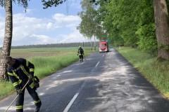Einsatzkräfte der Feuerwehr streuen die Ölspur ab.