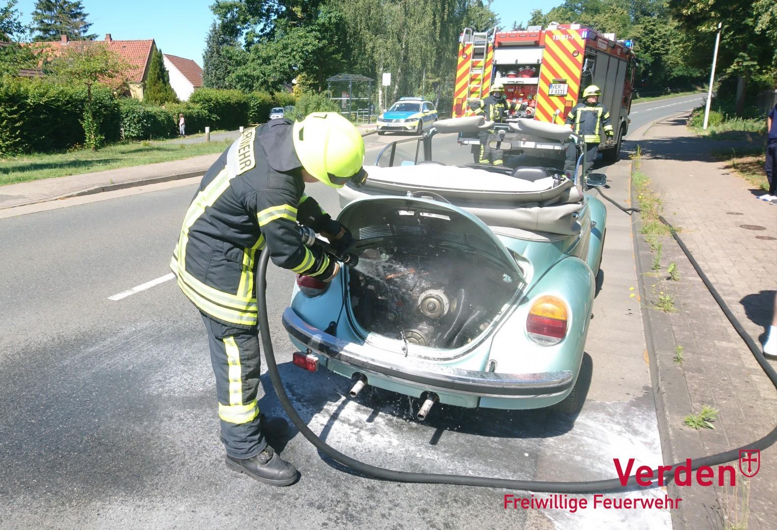Nachlöscharbeiten an dem VW-Käfer.
