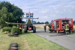 Mithilfe eines Teleskopladers wurde das Flugzeug aus dem Getreidefeld geborgen.