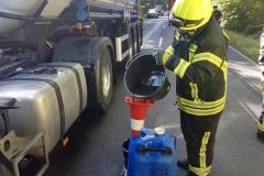 Diesel aus einem Leck geschlagenen Kraftstofftank eines LKW musste am Freitagnachmittag aufgenommen werden.