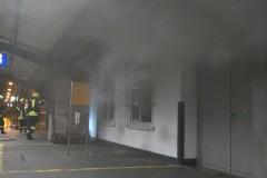 Dichter Rauch dringt aus dem Bahnhofsgebäude.