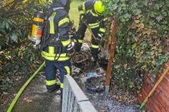 Löscharbeiten an einer brennenden Mülltonne am Sonntagnachmittag in Hönisch.