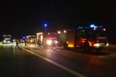 Einsatzkräfte vor Ort auf der Autobahn.