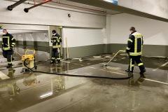 Mit Wasserschieber und Wassersauger legte die Feuerwehr am Dienstagabend eine Tiefgarage trocken.