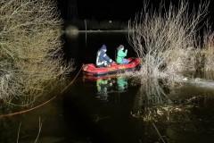 Nur mit einem Boot konnte die Mitarbeiterin der Wildtierpflegestelle den Greifvogel erreichen.