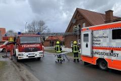 Eine Person wird mit der Drehleiter aus dem Obergeschoss eines Hauses in der Gemeinde Dörverden gerettet.