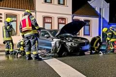 Die Feuerwehr nimmt auslaufende Betriebsstoffe nach dem Verkehrsunfall auf.