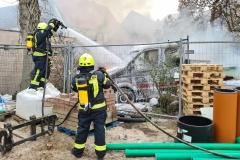Löscharbeiten am brennenden Transporter.