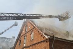 Brandbekämpfung über zwei Drehleitern.