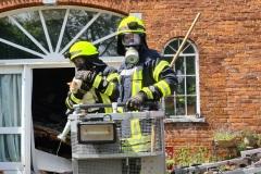 Gegen Mittag konnten Einsatzkräfte noch eine Katze aus dem Gebäude retten.