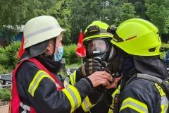 Ein Atemschutztrupp macht sich für den Einsatz bereit.