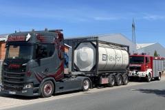 Größenvergleich: Der Tankwagen der Firma Oehlrich und ein Tanklöschfahrzeug der Ortsfeuerwehr Verden.